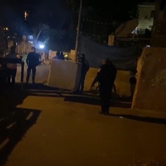 İşgalci İsrail güçleri Şeyh Cerrah Mahallesi'nin girişine beton bloklar yerleştirdi