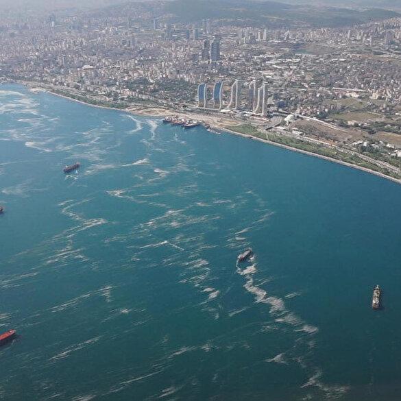 Marmara denizinde etkisini sürdüren müsilaj havadan görüntülendi