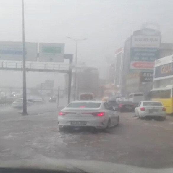 İstanbul'da dolu ve sağanak yağış yolları göle çevirdi