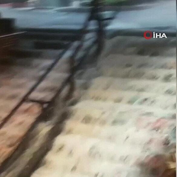 Sağanak sonrası Beyoğlu'nda sokaklar göle döndü