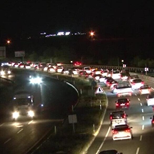 Bayram tatilinden dönen vatandaşlar trafikte kilometrelerce kuyruk oluşturdu