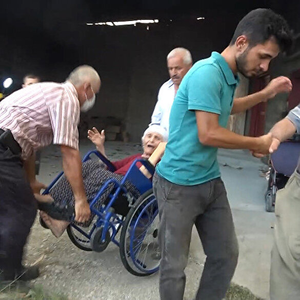 Manavgat'taki yangında yaşlı çift ve torunları vatandaşlar tarafından kurtarıldı