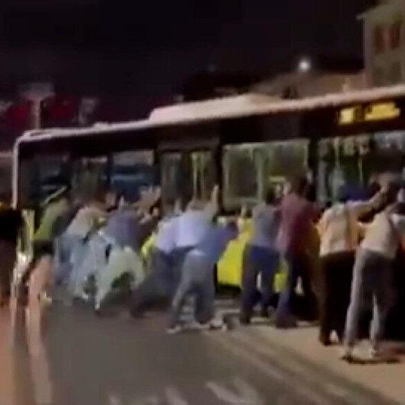 Refüje çıkan İETT otobüsünü yolcular kurtarmaya çalıştı