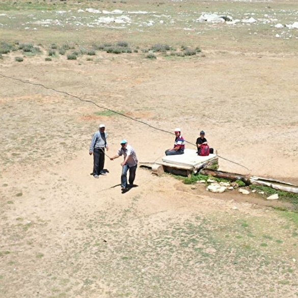 Antalya'da yaylada drone gören çoban sopa ile drone kovaladı