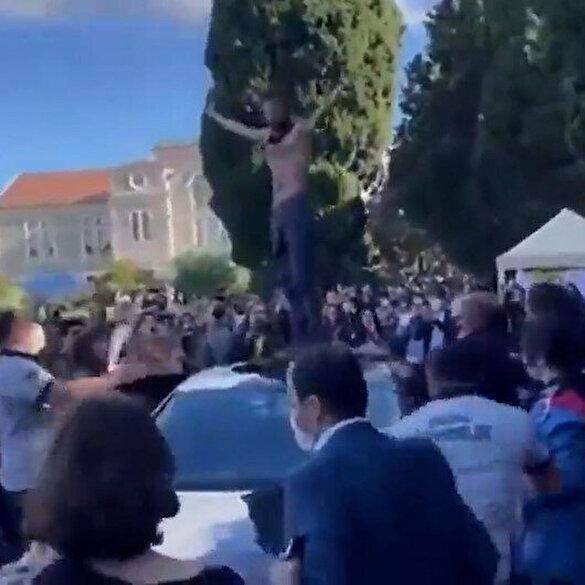 Boğaziçi Üniversitesinde eylemci öğrenciler Rektör Naci İnci'nin aracının üzerine çıktı