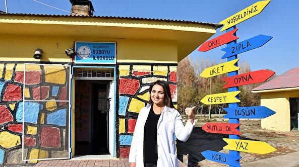 Öğrencilerine okulu sevdirmek için rengarenk boyadı