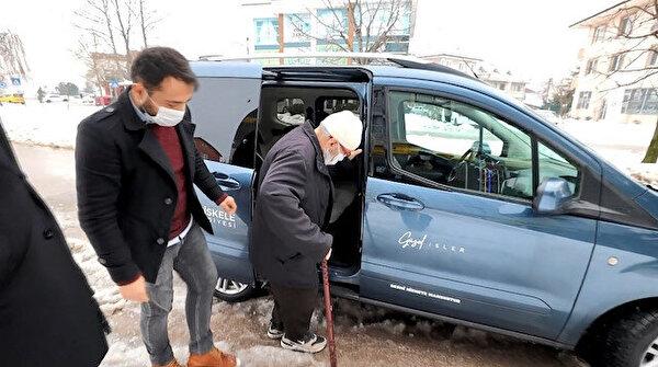 80 yaşındaki amcanın sözleri herkesi duygulandırdı: Arabanız pislenmesin yavrum