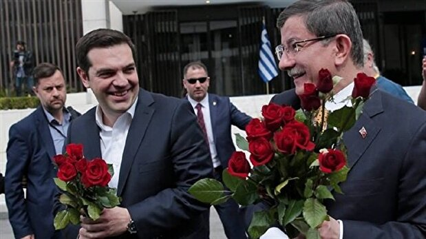 Davutoğlu and Tsipras distribute roses to female journalists