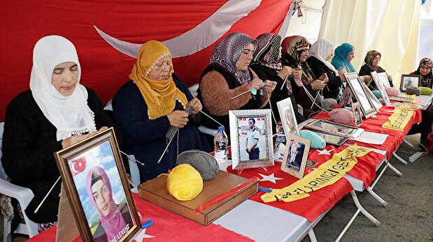 Mothers protesting PKK in SE Turkey knit scar...