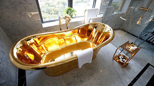 Golden potty and tubs! Vietnam welcomes guests into luxurious gilded hotel