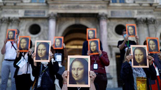 Don't forget us! Paris tour guides protest ou...