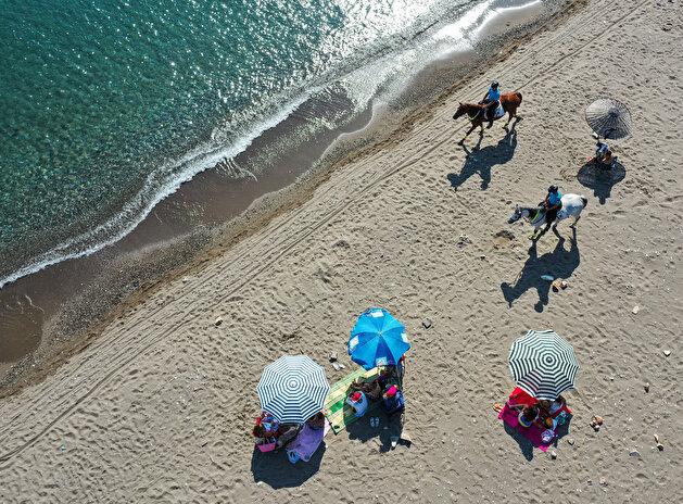 Wild West: Turkish gendarmerie teams secure gorgeous beaches on horseback in Izmir