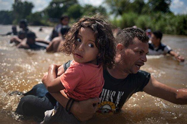 Migrants traveling to US cross theSuchiateriver