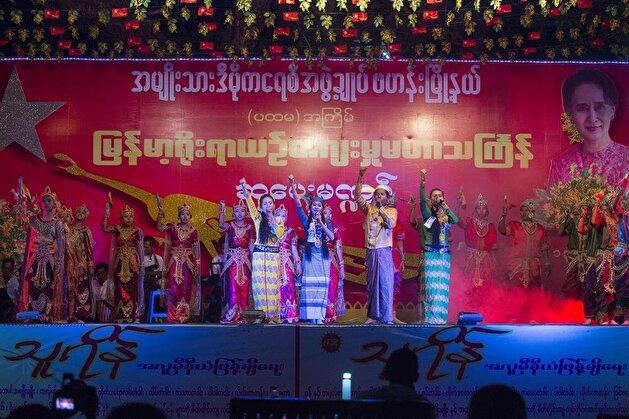 """ميانمار تحتفل بمهرجان """"رش الماء"""" بمناسبة السنة الجديدة"""