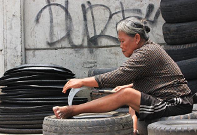 عجوز إندونيسية تقطع الإطارات لتعول أسرتها!