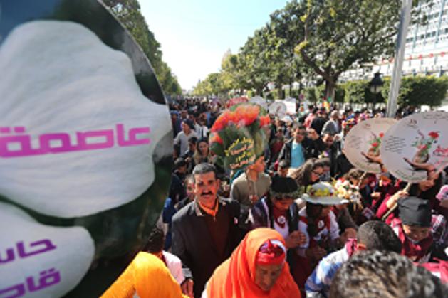 """في مسيرة تونسية """"الموسيقى تمتزج بعبق الزهور رفضا للعنف ودعوة للسلام"""""""