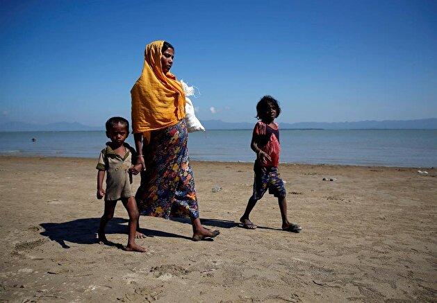 Rohingya refugees arrive on boats after crossing Bangladesh border