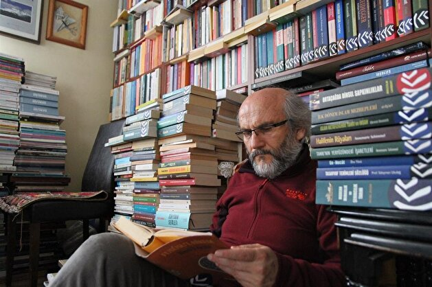 Retired Turkish teacher lives with 30,000 books at home