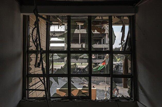 """فلسطينيون يتفقدون الدمار الذي ألحقه القصف الإسرائيلي بـ""""قرية الفنون والحرف"""""""