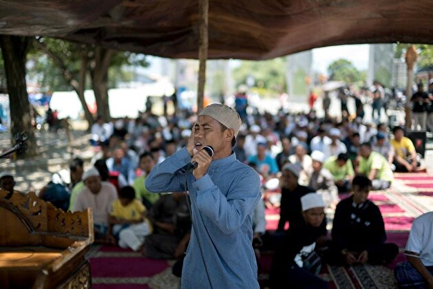 Indonesians gather for Friday prayers despite devastating quake, tsunami