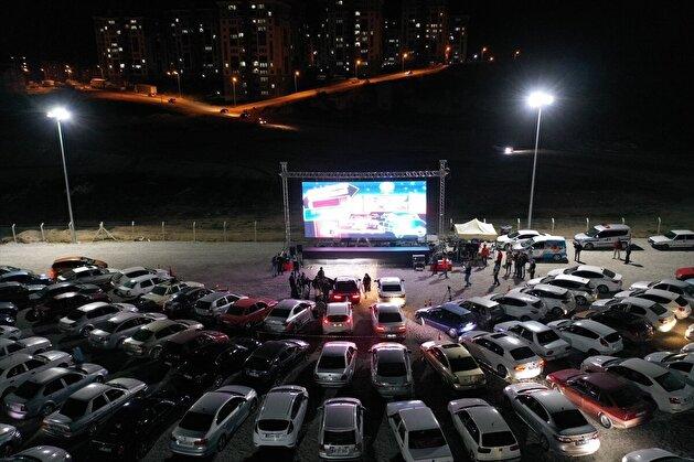 """بلدية تركية ترفه عن مواطنيها بـ""""سينما للسيارات"""""""