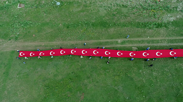 Youth carry giant Turkish flag to commemorate 4th anniversary of July 15 coup attempt