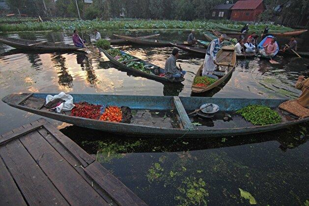 Floating vegetable market amid COVID-19 in Kashmir