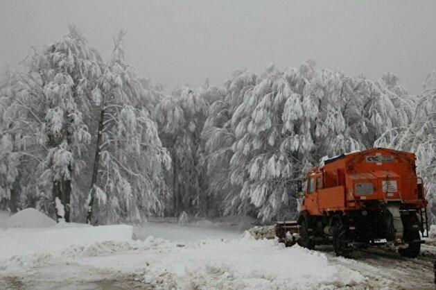 بالصور.. طريق جبلي في كوتاهية التركية تغطيه الثلوج