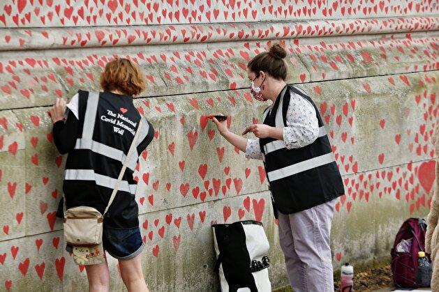 National Covid Memorial Wall in London honors pandemic victims