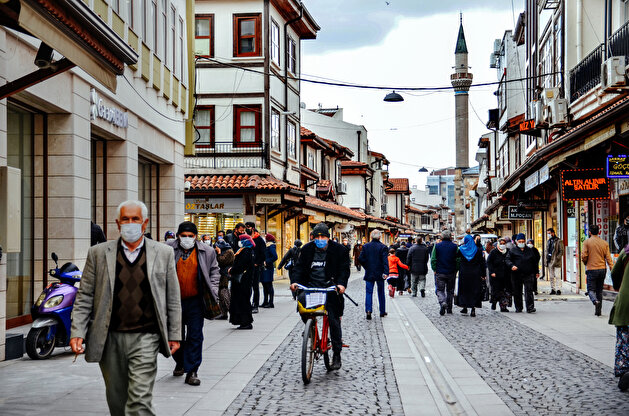 Turks rush to complete Ramadan shopping at historic market