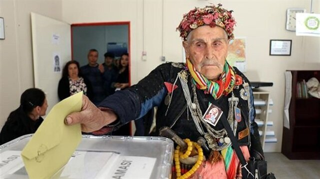 Turks cast vote in traditional clothing