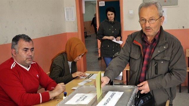 Turks vote in histroic referendum