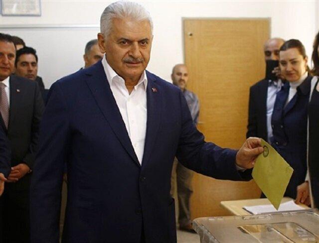 Turkish PM casts vote in referendum