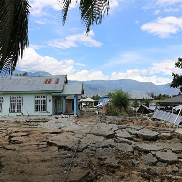 Indonesians mourn relatives lost in quake