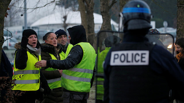 Fresh protesters follow Yellow Vests' lead in France