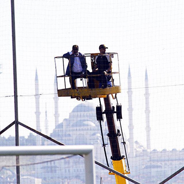 Adana Demirspor Başkanı Murat Sancak maçı vinç üzerinde izledi