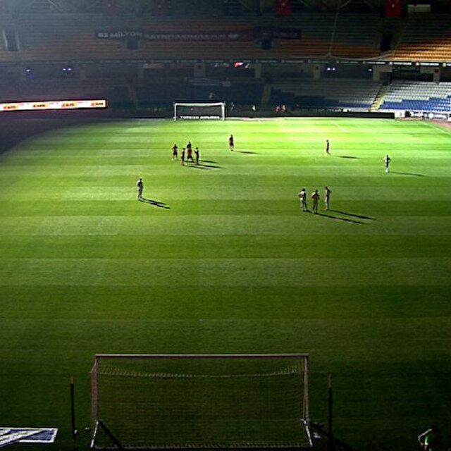 Başakşehir-Kayserispor maçı karanlığa büründü: VAR bağlantısı kesildi