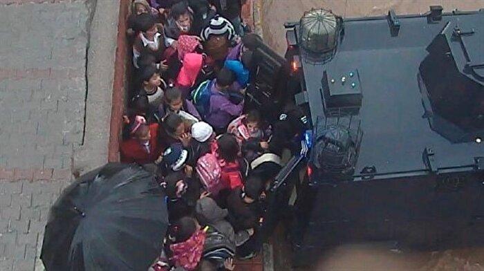 Mardin'de yağmura yakalanan öğrencileri polis zırhlı araçlarla evlerine ulaştırdı