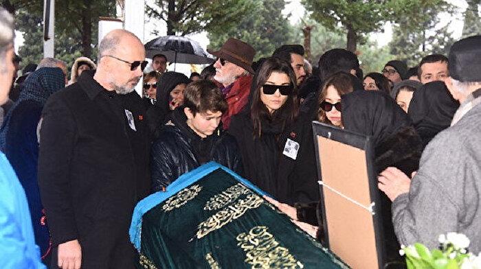 Hande Erçel annesi Aylin Erçel'i son yolculuğuna uğurladı