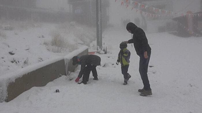Uludağ'a kar yağdı: Tatilciler akın etti