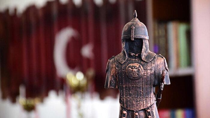 Sultan Alparslan'ı tanıtmak için mini heykeller yapıyorlar