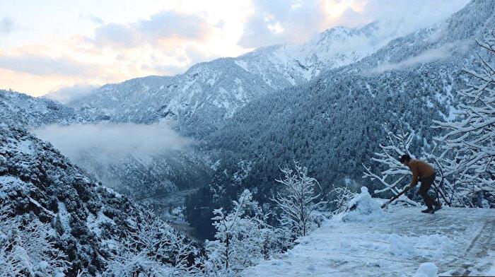 Pakistan'da yoğun kar yağışı 75 can aldı