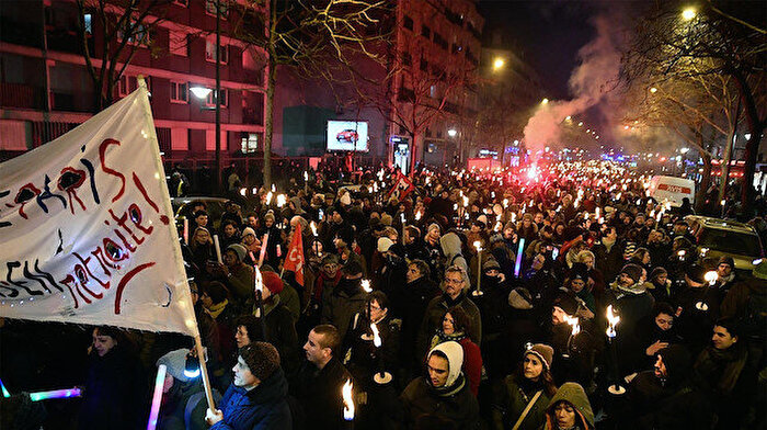 Fransa'da eylemler boyut atladı: Emeklilik reformuna karşı meşaleli gösteri yapıldı