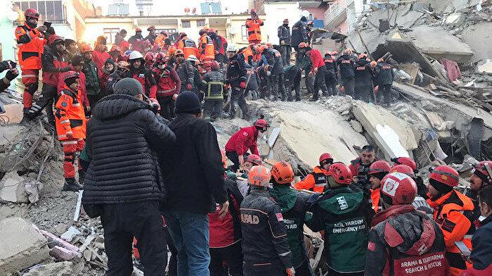 Depremi yaşayanlar anlattı: Bizi iğne deliğinden çıkardılar
