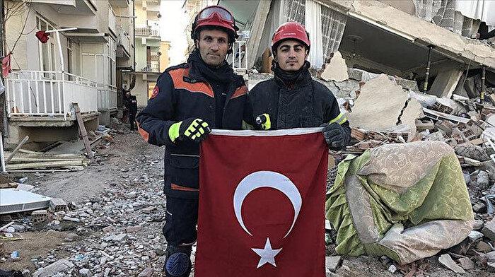 İtfaiye erleri Türk bayrağını enkaz altında bırakmadılar