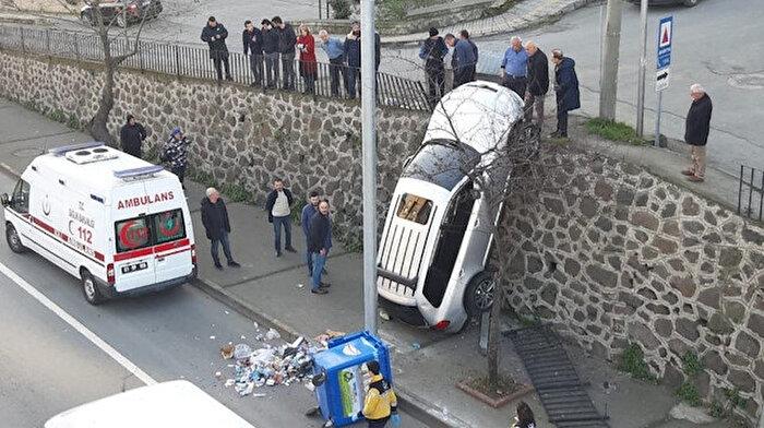 Trabzon'da ilginç kaza: Geri gitmeye çalışan sürücü, ters düştü