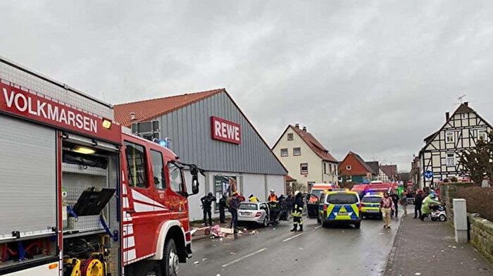 Almanya'da bir araç kalabalığa daldı: Çok sayıda yaralı var