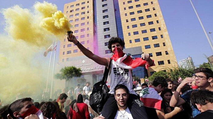Lübnan'da göstericilerin hedefi: Kamu kurumları