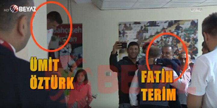 Ümit Öztürk, geçen sezon oynanan Alanyaspor maçının ardından ailesiyle birlikte Fatih Terim'le fotoğraf çektiriyor.