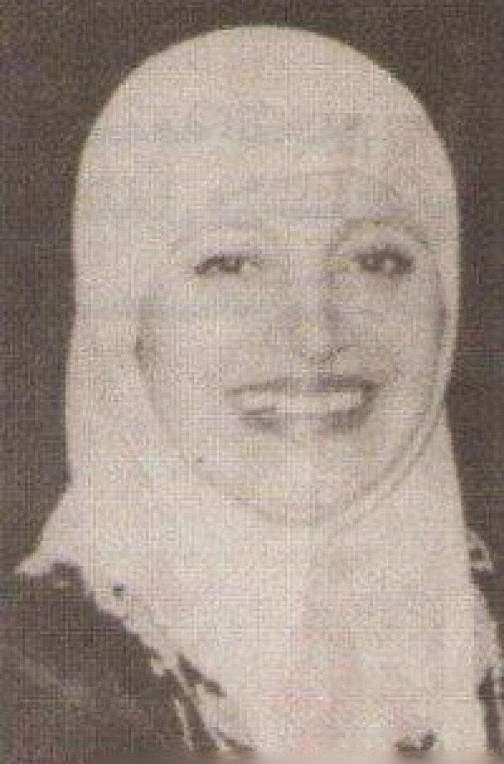 Örtündükten sonra tamamen inzivaya çekilen Medîha Kâmil'in bu döneminden geriye iki kare fotoğraf kaldı.